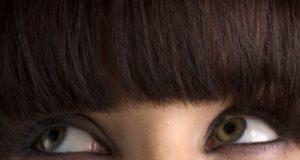 Перде на очите може да премахнете с чист мед