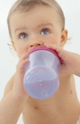 Трябва ли да пие вода кърмачето?