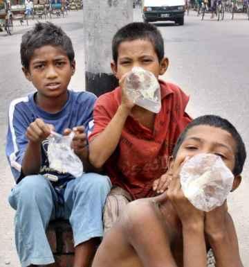 Оставени без контрол деца дишат лепило